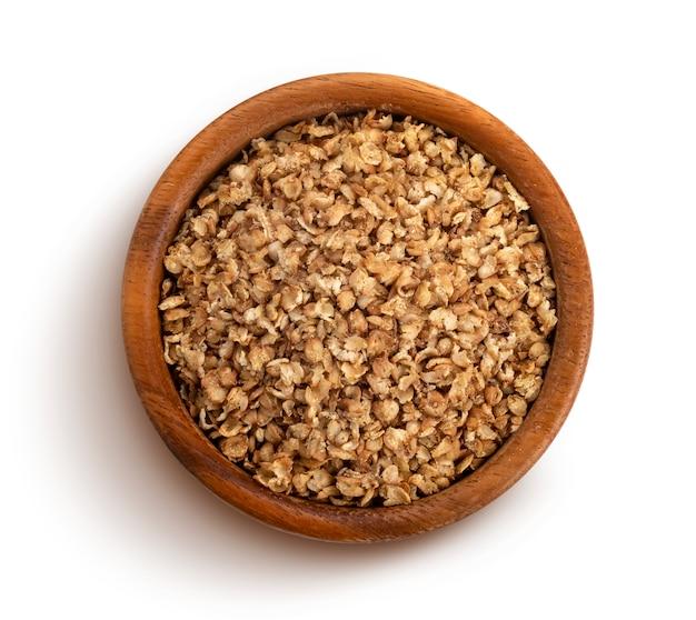 Flocos de trigo sarraceno isolados com traçado de recorte
