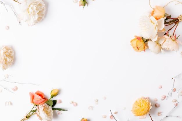 Flor branca rosa amarela festiva composição rosa inglesa no fundo branco. vista superior aérea, configuração plana. copie o espaço. aniversário, mãe, dia dos namorados, mulheres, conceito do dia do casamento.