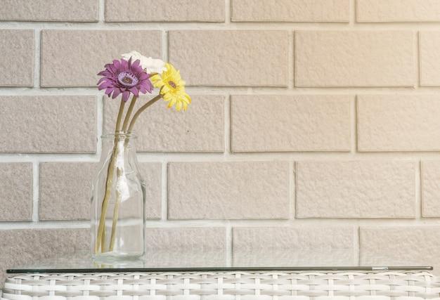 Flor colorida closeup no fundo de textura de parede de tijolo