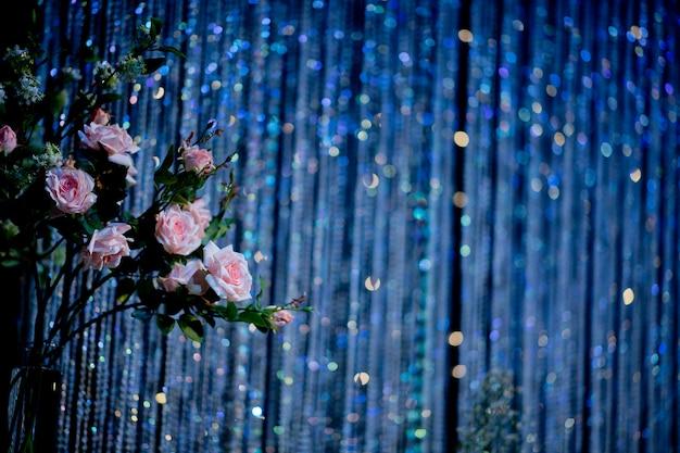 Flor de casamento em pano de fundo de brilho azul