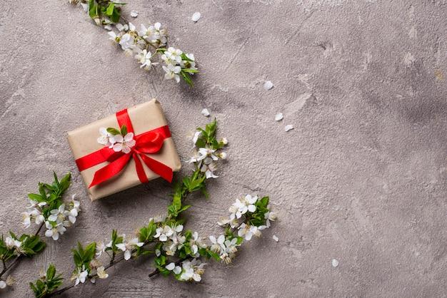 Flor de cereja ou ameixa e caixa de presente