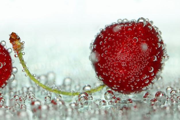 Flor de cerejeira em bolhas de gás em uma luz turva