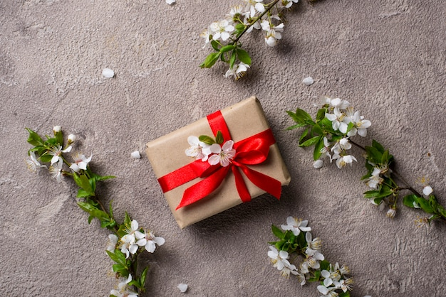 Flor de cerejeira ou ameixa e caixa de presente