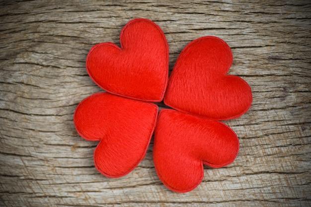 Flor de corações vermelhos em forma de madeira