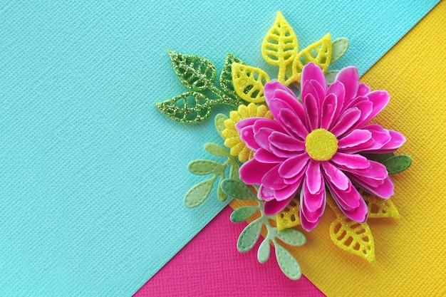 Flor de papel artesanal rosa brilhante com folhas