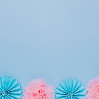 Flor de papel artístico azul e rosa sobre fundo azul