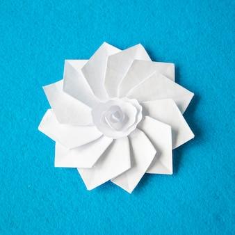 Flor de papel branco de origami artesanal