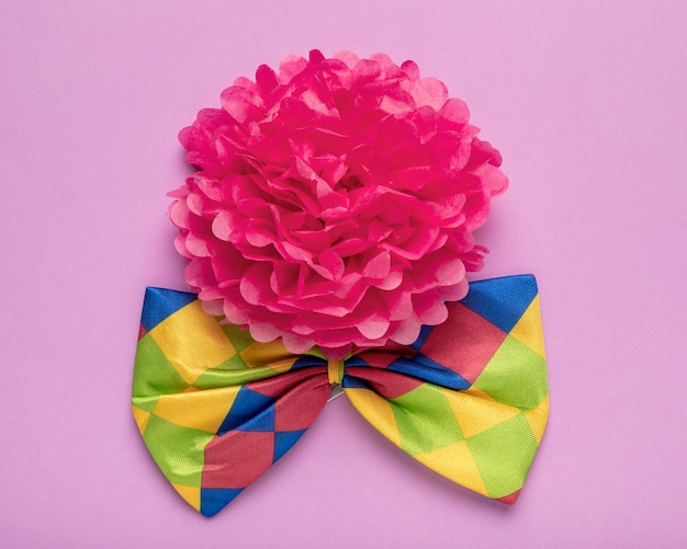 Flor de papel rosa e gravata borboleta colorida
