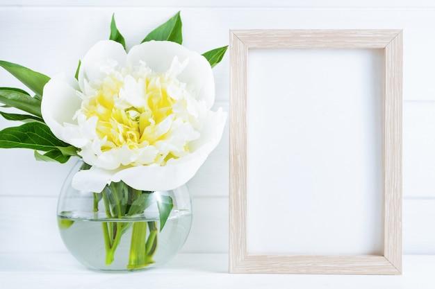 Flor de peônia branca em fundo branco de madeira com copyspace