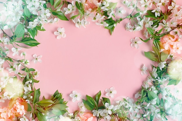 Flor de primavera. flores de cerejeira planas sobre fundo pastel. cartão com flores brancas, bokeh, copie o espaço