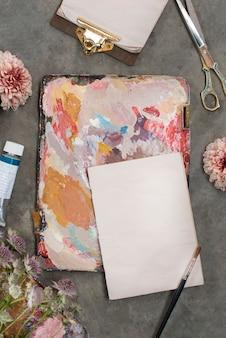 Flor de salmão em uma tela colorida