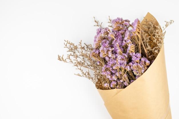 Flor de statice violeta e buquê de caspia branco