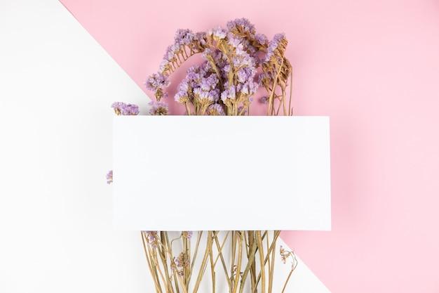 Flor de statice violeta seca fofa com cartão branco na parte superior