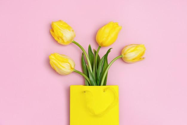 Flor de tulipas amarelas em um saco de papel