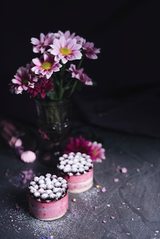 Flor de vaso com bolo de queijo de groselha com pó de açúcar