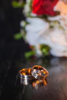 Flor e alianças de casamento