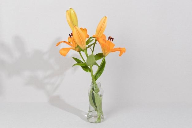 Flor em flor em vaso na mesa Foto gratuita