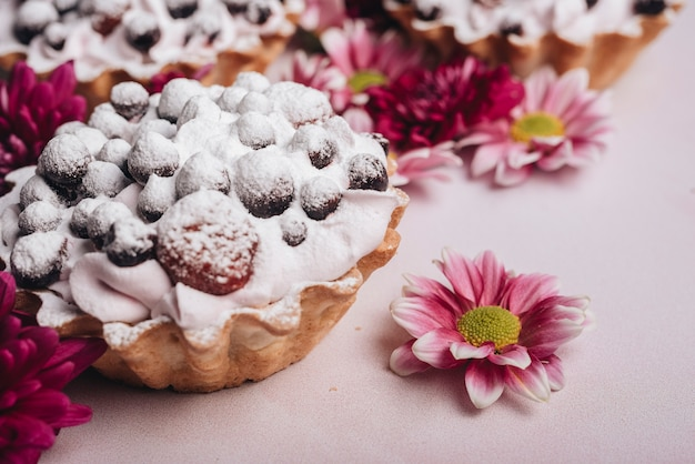 Flor fresca com torta de frutas com chantilly