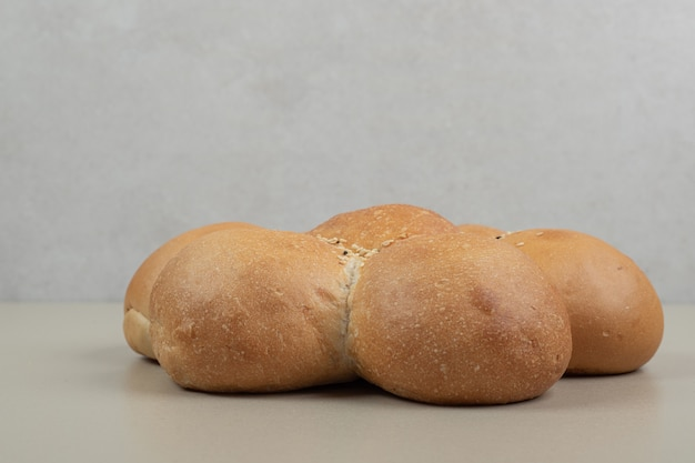 Flor fresca em forma de pão em fundo bege. foto de alta qualidade