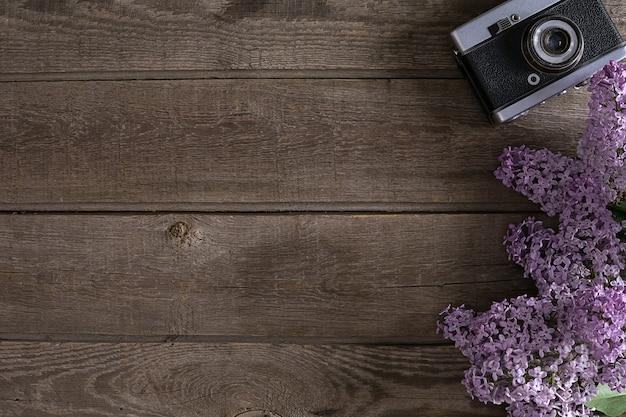 Flor lilás em fundo de madeira rústico com espaço vazio para mensagem de saudação. conceito de fundo de primavera. vista do topo