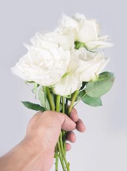Flor mão rosa branca isolada sobre fundo branco