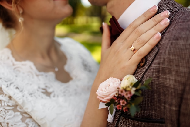 Flor na lapela com uma rosa no fundo da jaqueta do noivo.