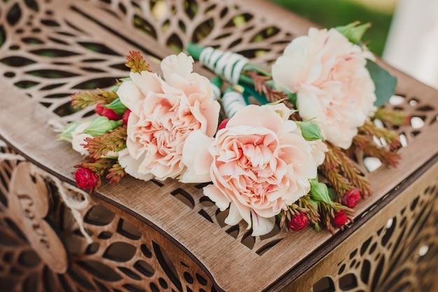 Flor na lapela encontra-se em uma bela caixa de madeira picada