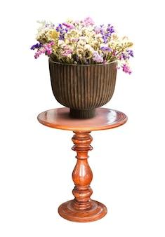Flor para decoração em vaso de madeira na mesa isolada no branco