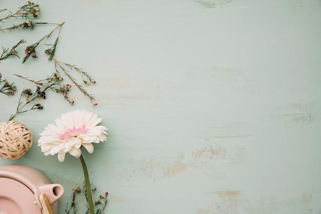 Flor perto do bule de chá