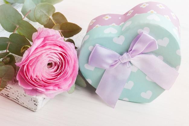 Flor rosa botão de ouro com caixa de presente