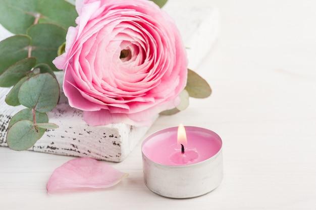 Flor rosa florzinha com vela acesa