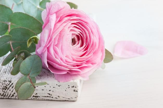Flor rosa florzinha em madeira branca