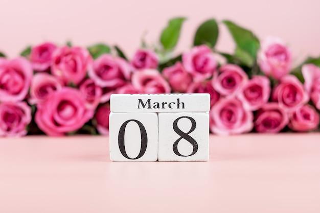Flor rosa rosa e 8 de março calendário com espaço de cópia de texto. conceito de dia internacional do amor, igualdade e mulheres