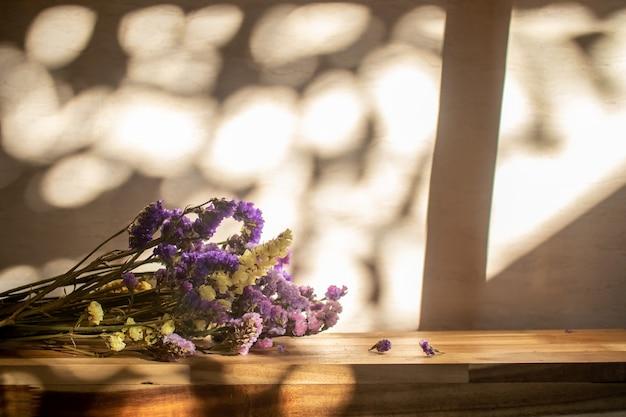 Flor roxa na mesa