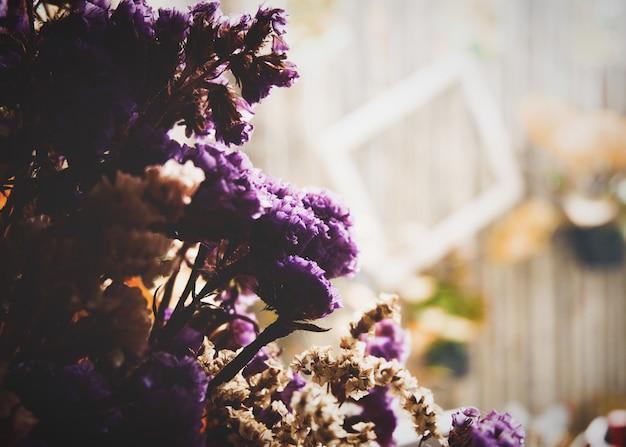 Flor seca de mar-lavanda, statice, caspia ou pântano-alecrim no café.