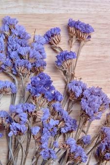 Flor seca na tábua de madeira