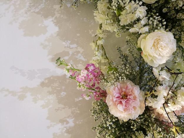 Flora florescer rosas delicadas e orquídea em flores desabrochando fundo festivo