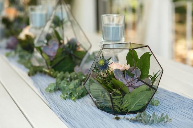 Florarium com decoração de mesa festiva de flores frescas, suculentas e rosas