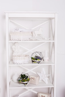 Florarium, composição de suculentas, pedra, areia e vidro, elemento do interior, decoração, terarium de vidro
