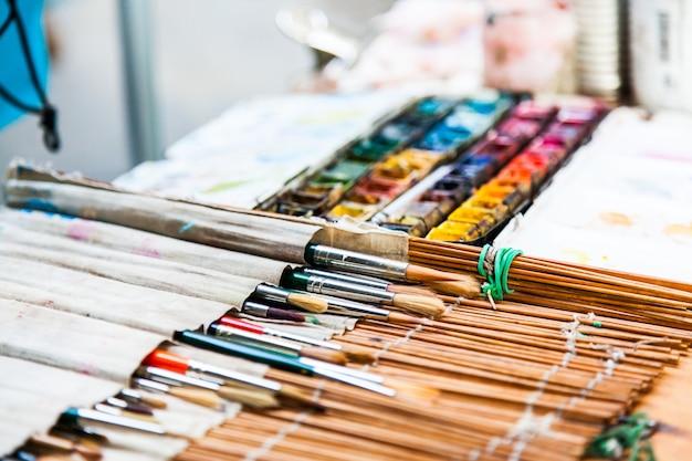 Florença, em frente a uma das mais importantes escolas de arte italiana. detalhe de ferramentas de um artista de rua.