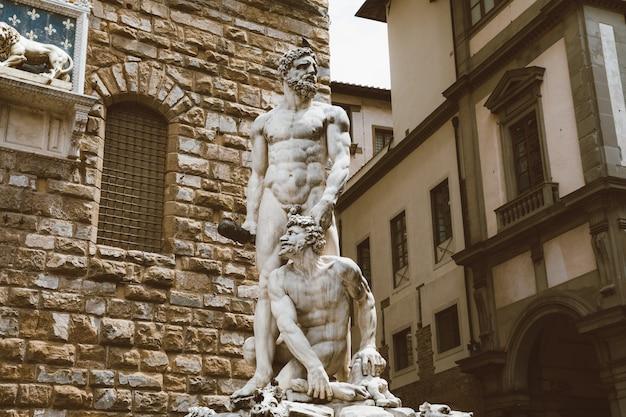 Florença, itália - 24 de junho de 2018: closeup vista da escultura de mármore hércules e cacus de bartolommeo bandinelli em frente ao palazzo vecchio (antigo palácio)