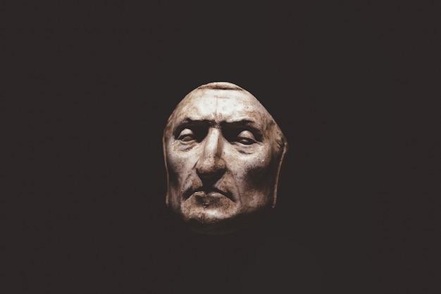 Florença, itália - 24 de junho de 2018: imagem aproximada da máscara mortuária de dante alighieri no palazzo vecchio