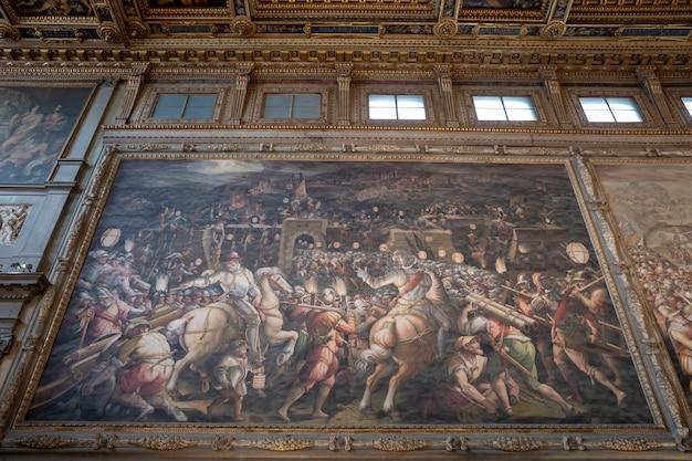Florença, itália - 24 de junho de 2018: imagens em close de artistas italianos no palazzo vecchio (antigo palácio) é a prefeitura de florença