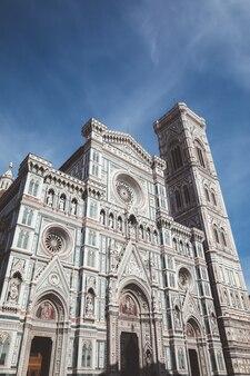 Florença, itália - 24 de junho de 2018: vista panorâmica da cattedrale di santa maria del fiore (catedral de santa maria da flor) e o campanário de giotto. as pessoas andam na praça no dia de verão