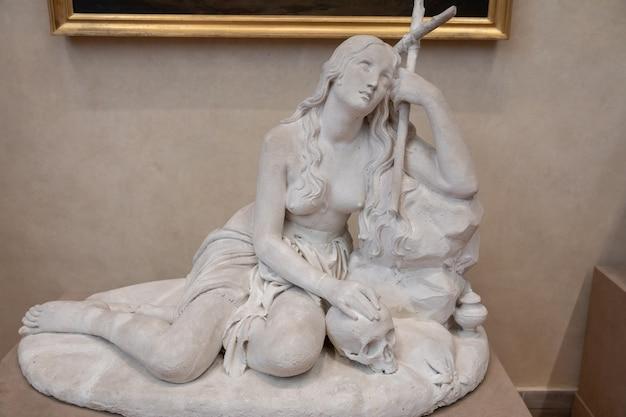 Florença, itália - 24 de junho de 2018: vista panorâmica da escultura de mármore do artista italiano na academia de belas artes de florença (accademia di belle arti di firenze)