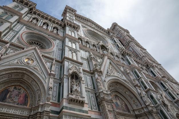 Florença, itália - 24 de junho de 2018: vista panorâmica da fachada da cattedrale di santa maria del fiore (catedral de santa maria da flor) é a catedral de florença