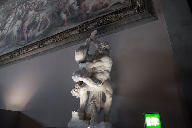 Florença, itália - 24 de junho de 2018: vista panorâmica de esculturas de mármore de artistas italianos no palazzo vecchio (antigo palácio)