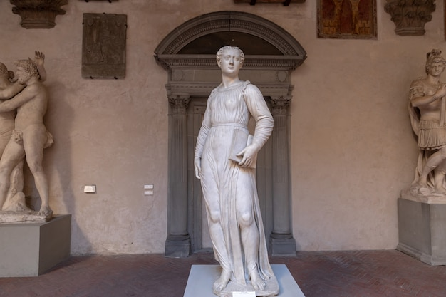 Florença, itália - 24 de junho de 2018: vista panorâmica de esculturas em bargello, também conhecido como palazzo del bargello, museo nazionale del bargello. é um antigo quartel e prisão, agora um museu de arte