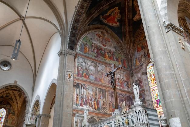 Florença, itália - 24 de junho de 2018: vista panorâmica do interior da basílica de santa maria novella. é a primeira grande basílica de florença e é a principal igreja dominicana da cidade