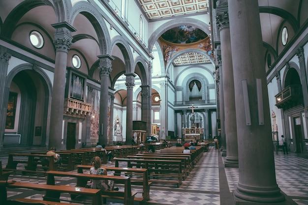 Florença, itália - 24 de junho de 2018: vista panorâmica do interior da basílica di san lorenzo (basílica de são lourenço) é uma das maiores igrejas de florença, itália